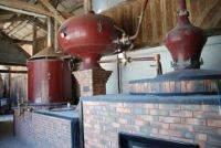 Alambic pour la distillation de l'alcool Calvados chez la famille Grandval au manoir de Grandouet